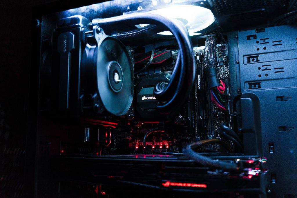 Gaming Computer von Innen mit roter Beleuchtung