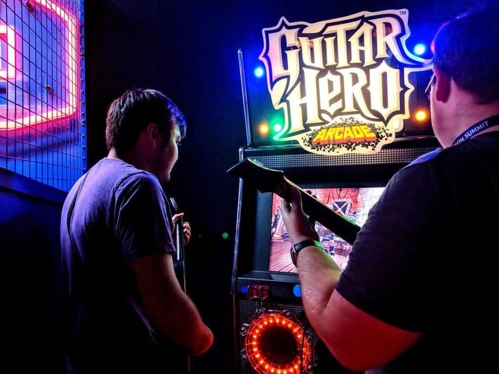 Guitar Hero Arcade Automat mit zwei Spielern und Gitarren