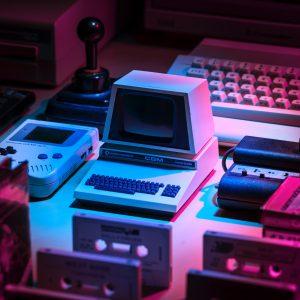 Alte Spielekonsolen und Computer lila beleuchtet